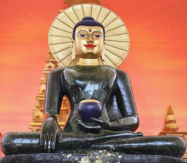 Величезна статуя Будди з нефриту прибула до Австралії / theguardian.com