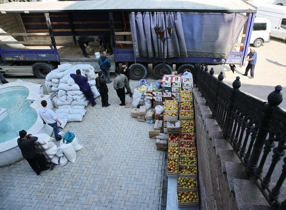 Винницкие волонтеры передали 15 тонн продуктов для вынужденных переселенцев/ svlavra.church.ua