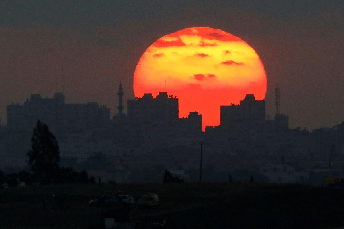 Сектор Газа на фоне захода Солнца / REUTERS