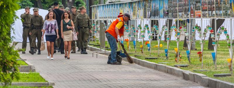 Тротуары также вышли чистить сотрудники служб \ dp.informator.ua