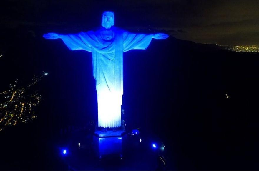 В Бразилии подсветили синим и белым статую Христа Спасителя / jta.org