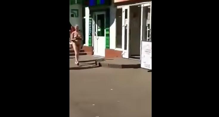 Дівчина шокувала відвідувачів банку / Скріншот