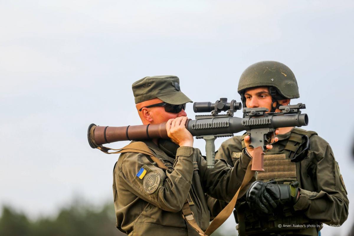 Национальная гвардия имеет на вооружении партию 40-мм ручных противотанковых гранатометов RSRL-1 / фото facebook.com/arsen.avakov.1