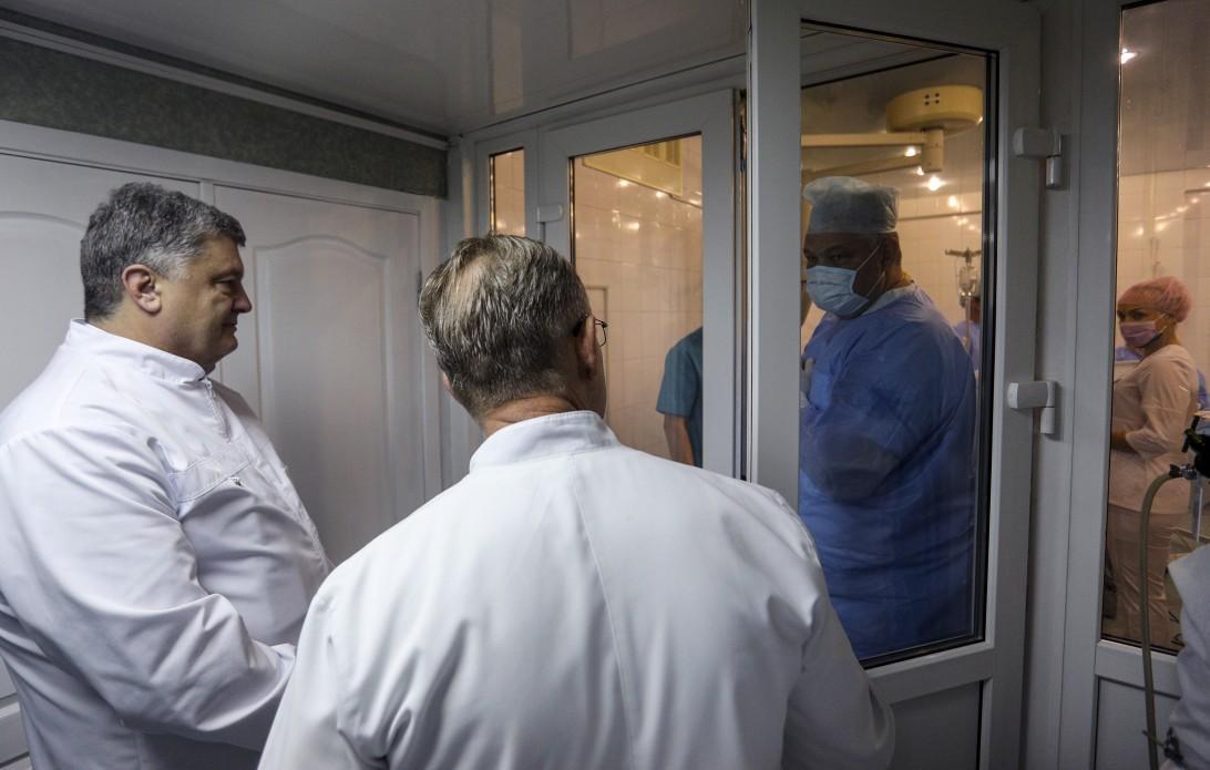 Порошенко відвідав Дніпропетровську обласну клінічну лікарню ім.Мечникова \ president.gov.ua