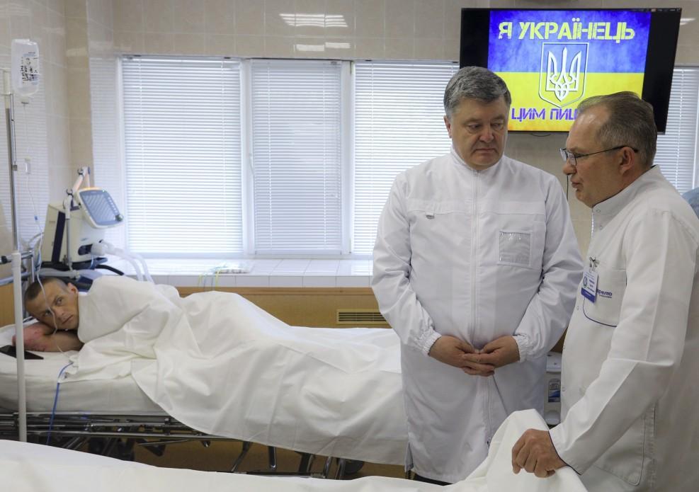 Порошенко отметил, что за четыре года украинские военные врачи спасли тысячи жизней \ president.gov.ua