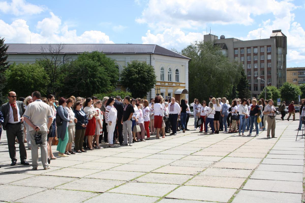 Участники шествия в вышиванках прошли по главным улицам города / фото УНИАН