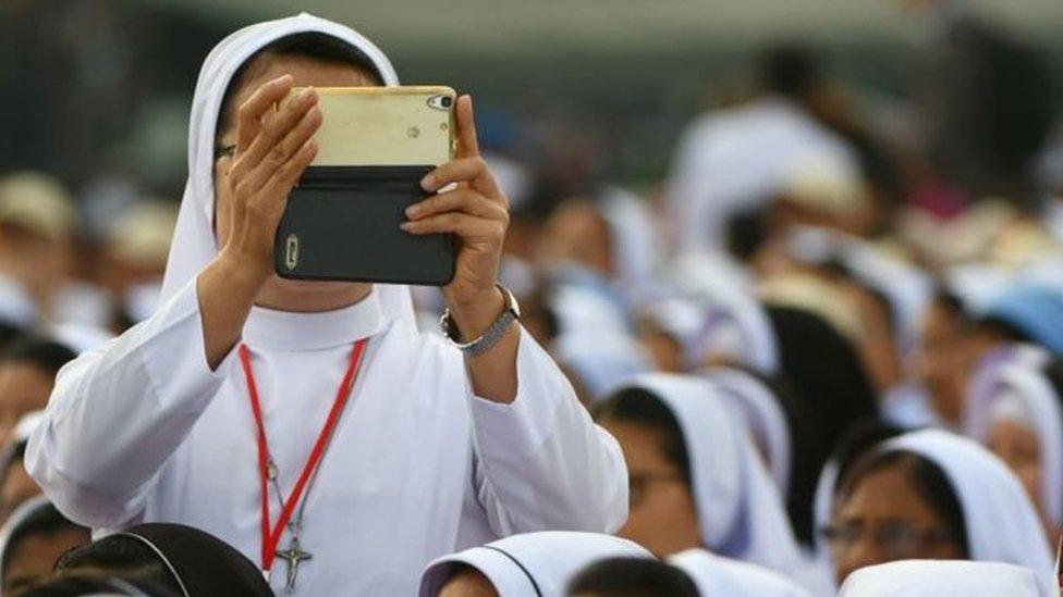 Папа Римський розповів черницям як користуватися соцмережами / expert.ua