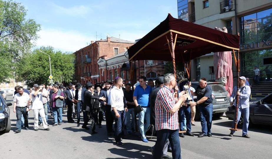 В Днепре по улицам торжественно пронесли новый свиток Торы / djc.com.ua