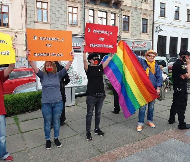 17 травня активісти із символікою ЛГБТ у центрі Чернівців провели акцію проти гомофобії / molbuk.ua