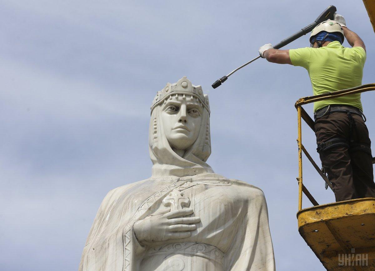 В 1996 году в Киеве был восстановлен памятник княгине Ольге, разрушенный в 1919 году / Фото УНИАН