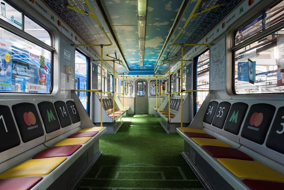 Відсьогодні у київському метро курсуватиме вагон-стадіон / фото facebook.com/natalka.makogon