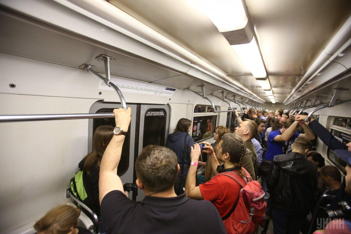 В харьковском транспорте могут запретить рюкзаки / фото УНИАН