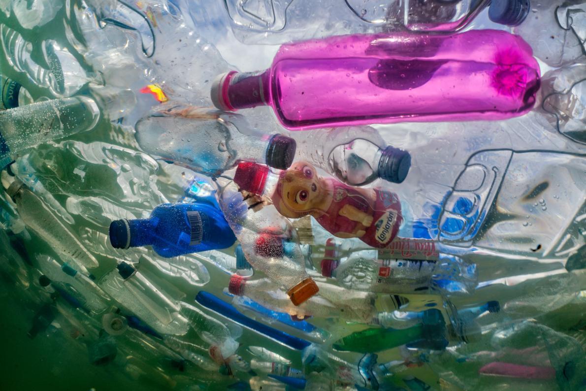 Пластикове сміття знайшли на дні одного з чудес природи / фото nationalgeographic.com
