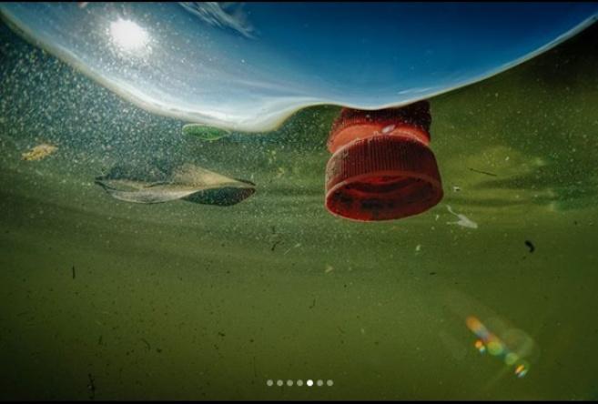 Ученые обнаружили на дне Средиземного моря самый крупный в истории скопления микропластика/ фото nationalgeographic.com