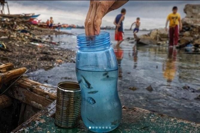 Бактерии объединяют частицы пластика в комки, которыми могут отравиться морскихсуществ/ фото nationalgeographic.com