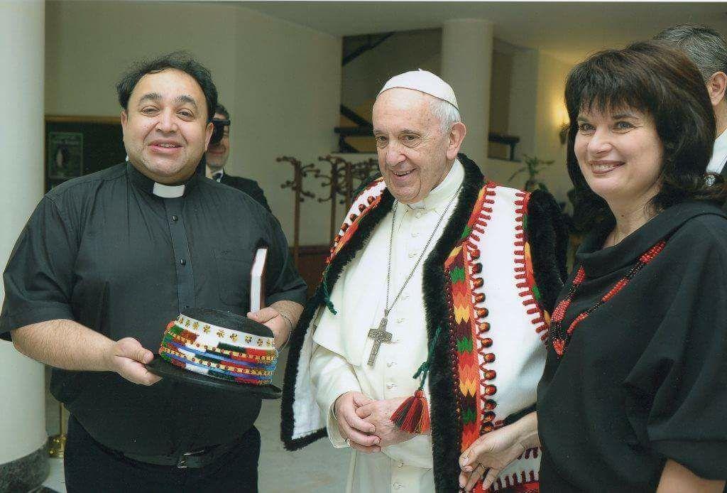 Папа Римський приміряв гуцульське вбрання / facebook.com/dutchack