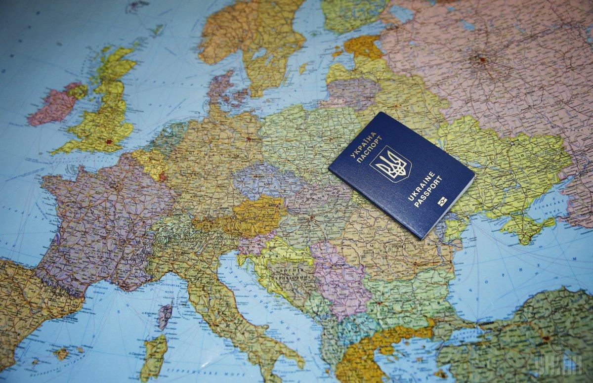 Паспорт громадянина України гарантує безвізовий доступ до 90 країн. \ фото УНІАН