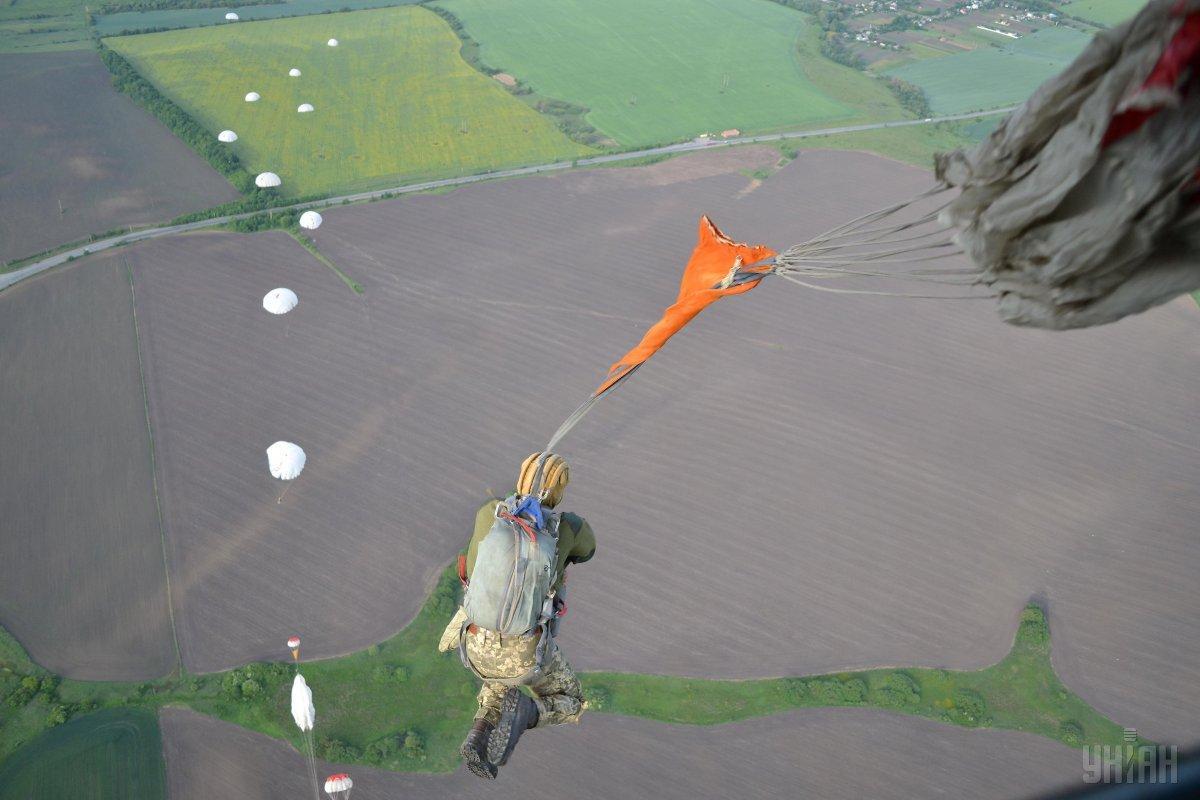 Спецпризначенці відпрацювали стрибки з парашутом / Фото УНІАН