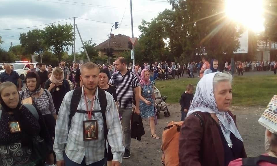 Сотни верующих совершили крестный ход за мир / m-church.org.ua