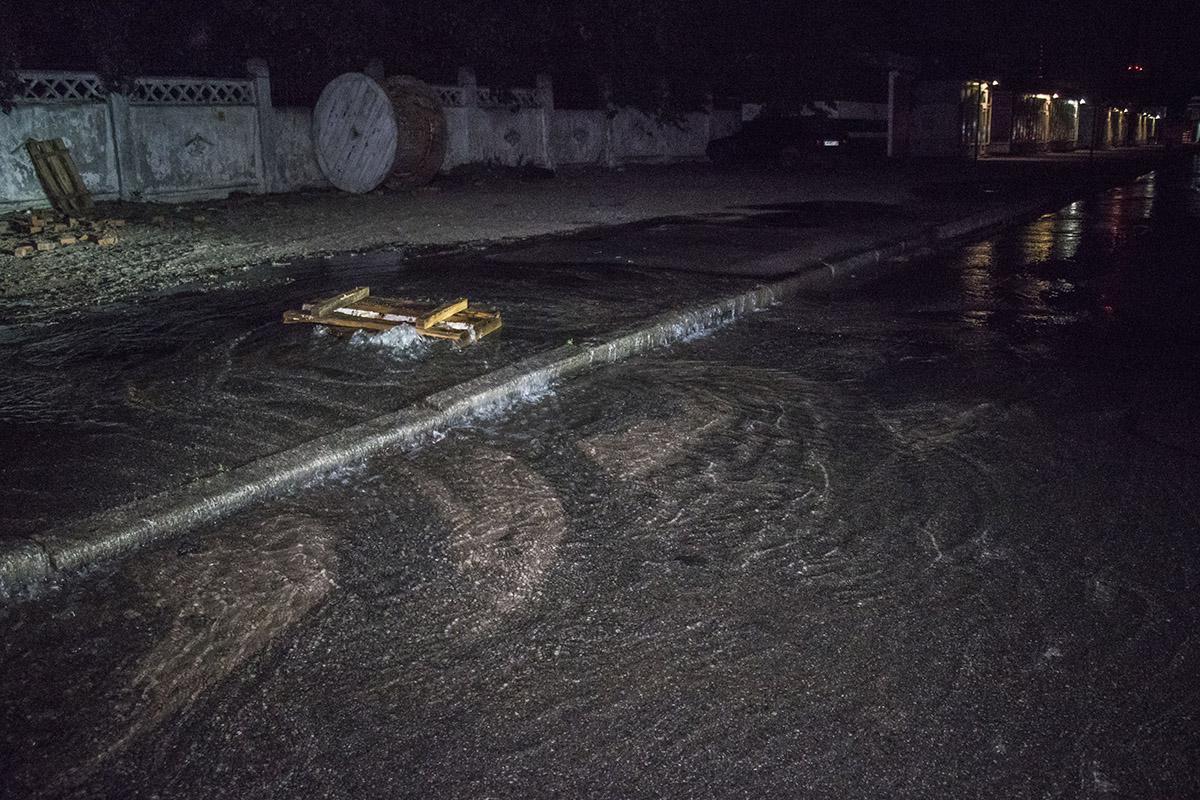 Из-за прорыва трубы на одной из столичных улиц образовалась река / фото Роман Барабаш / Информатор