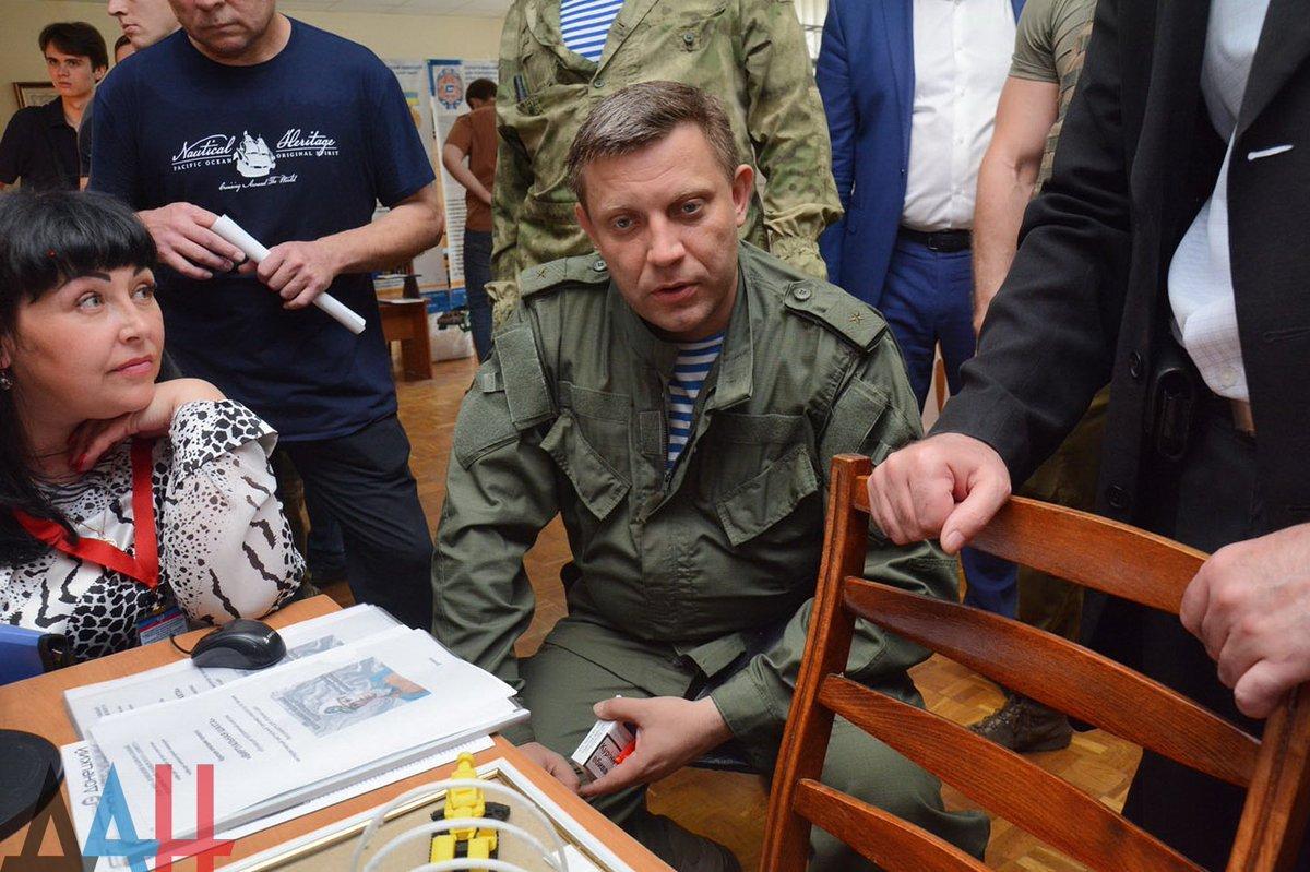 Захарченко курит украинские сигареты / фото twitter.com/olarhat