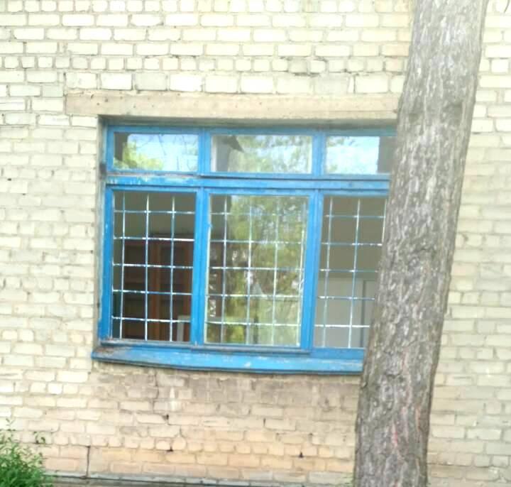 Зафиксированы повреждения стен и окон медицинских учреждений / фото facebook.com/pressjfo.news