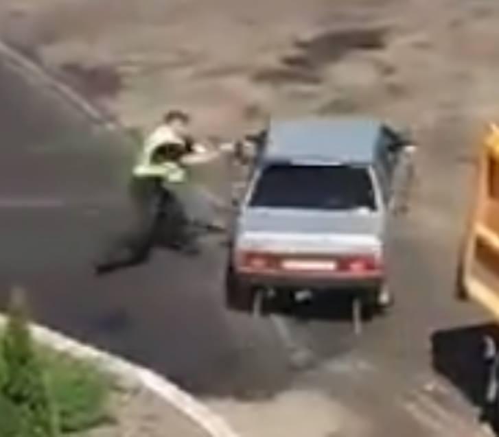 Полицейский рьяно бросался под колеса авто, потеряв автомат / Скриншот facebook.com/vlad.lebedinets