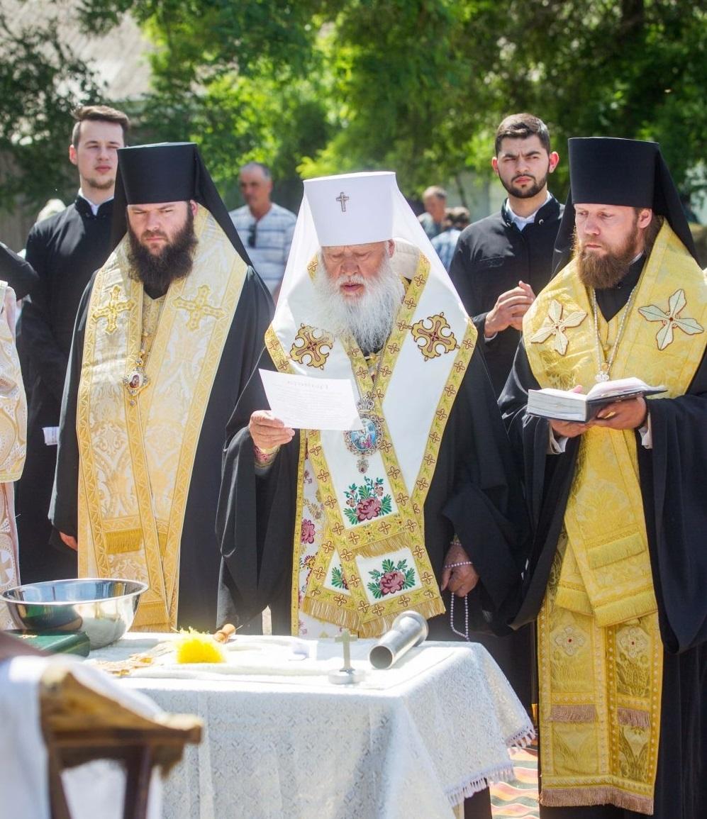 Митрополит Агафангел звершив чин закладки храму на місці фундаменту колишньої церкви / eparhiya.od.ua