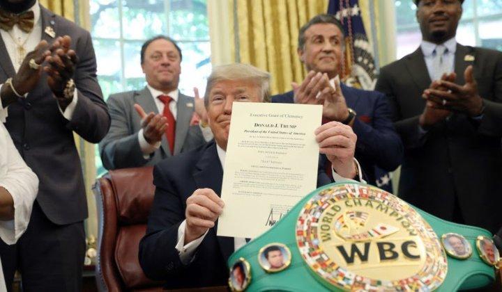 Трамп помилував чемпіона світу з боксу / vringe.com