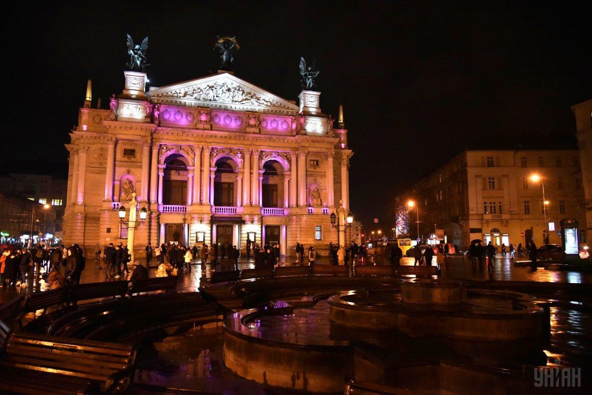 Фонтан біля львівського оперного театру знесуть/ Фото УНІАН