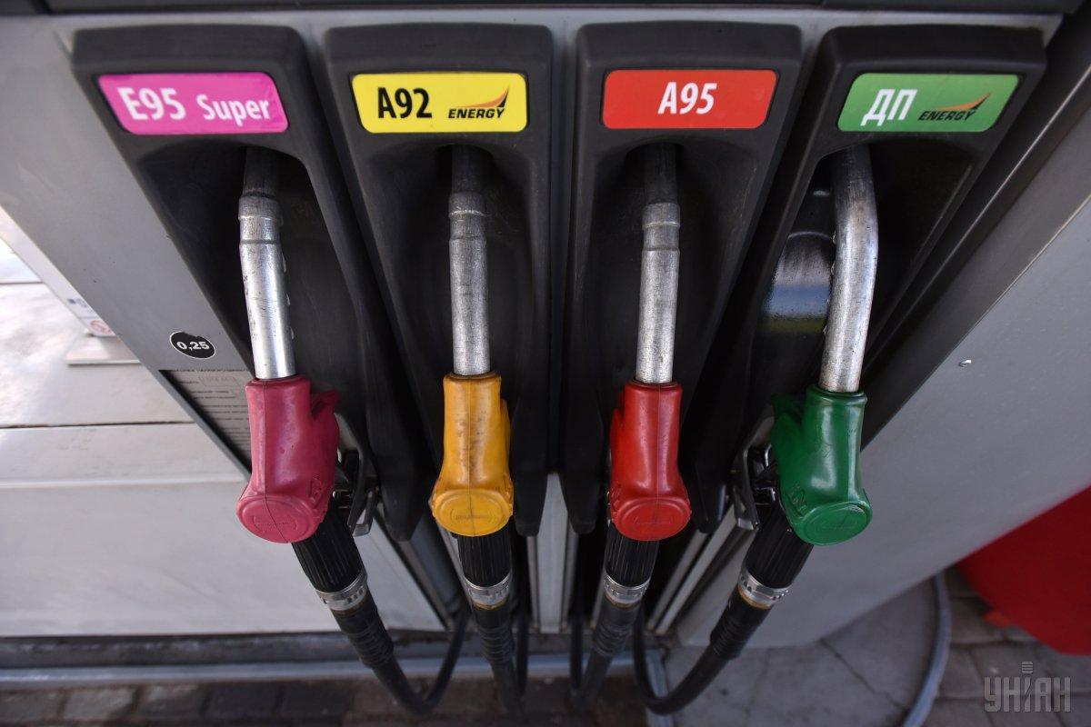 На АЗС дешевшає бензин / фото УНІАН