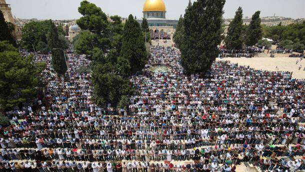 В мечети Аль-Аксасовершили пятничную молитву 200 тысяч человек / trt.net.tr