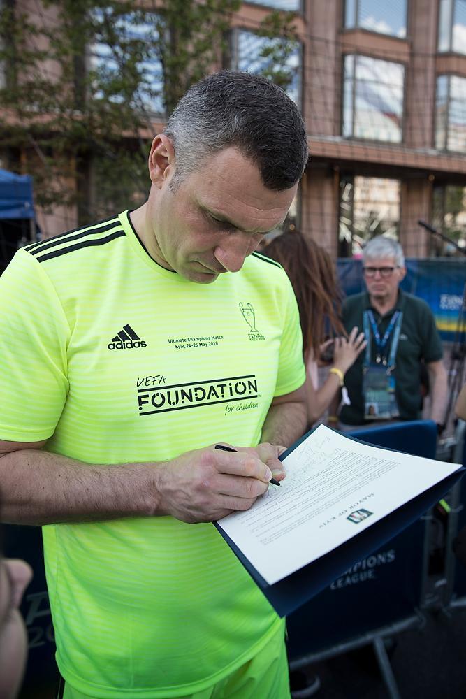 Кличко собирает подписи известных спортсменов и футболистов под письмом с требованием освободить Сенцова / фото kiev.klichko.org