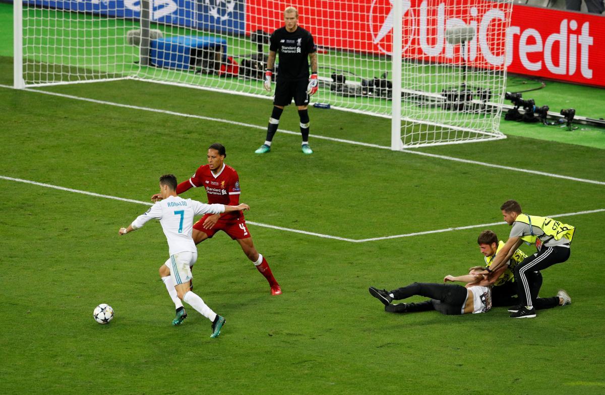 Фанат помешал Криштиану Роналду забить гол в финале Лиги чемпионов / REUTERS