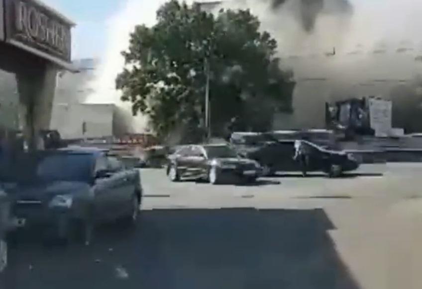 Возле метро «Житомирская» в Киеве горит здание старого кинотеатра