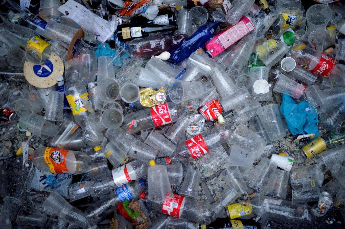 Вчені навчилися ловити мікропластик за допомогою бактерій/ фото Reuters