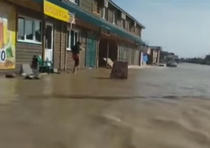 Місцеві кажуть, таких перемивів влітку не бачили щонайменше 20 років / Скріншот відео ТСН