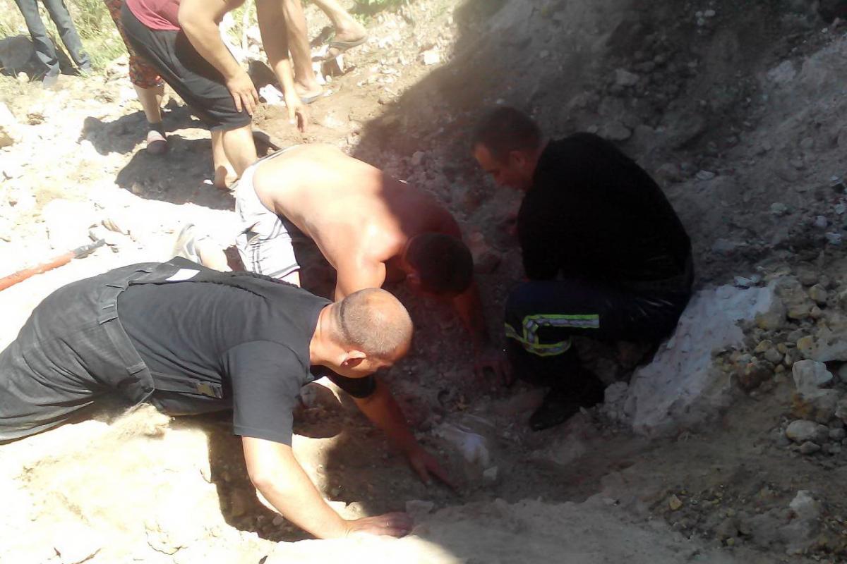 За 30 хвилин спільними зусиллями його вдалось відкопати з-під двометрового шару піску, але шансів вижити в чоловіка не було / Фото kharkiv.dsns.gov.ua