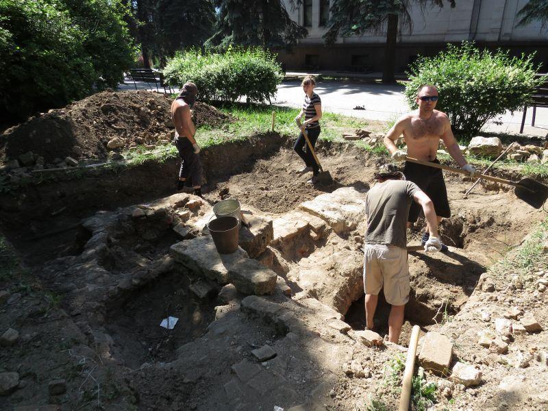 В центре Мариуполя нашли вход в таинственное подземелье / mrpl.city