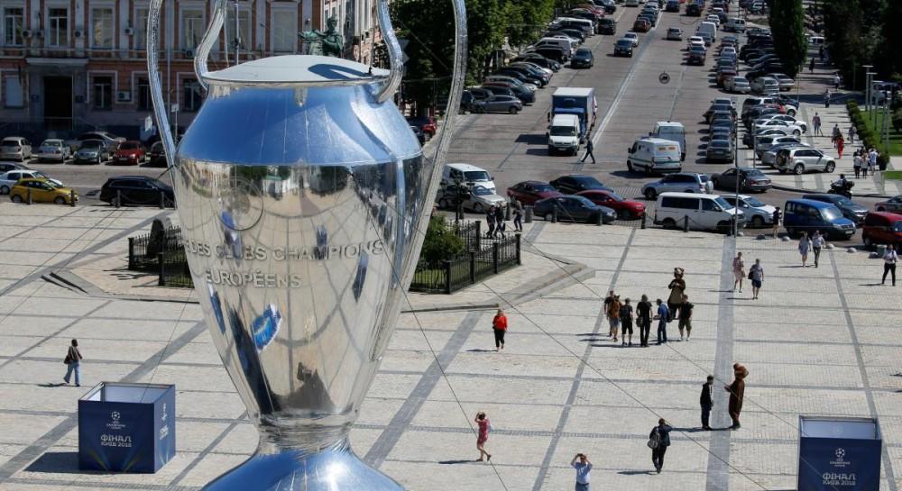 У центрі Києва встановили гігантський кубок Ліги чемпіонів (фоторепортаж) a85471f69a0cc