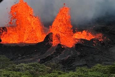 Виверження вулкана на Гаваях: туристи зняли величезний шматок лави, який плавав у морі (відео)