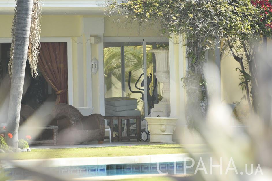 Задний двор устлан аккуратно стриженным газоном/ фото Изым Каумбаев, «Страна»