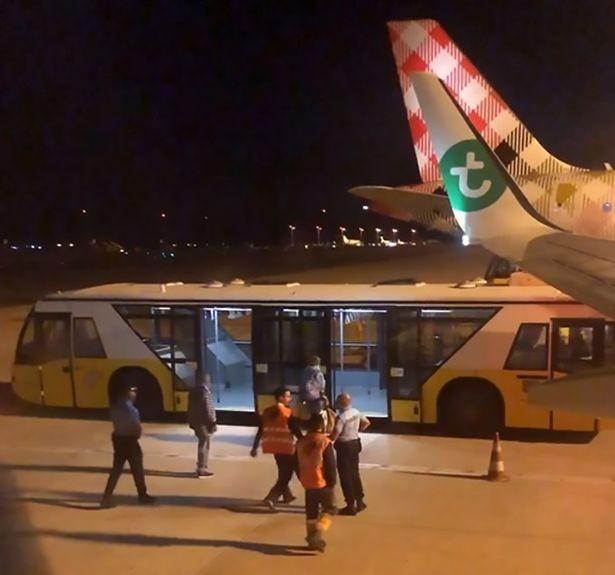В Португалии самолет экстренно сел из-за вонючего пассажира / фото mirror.co.uk