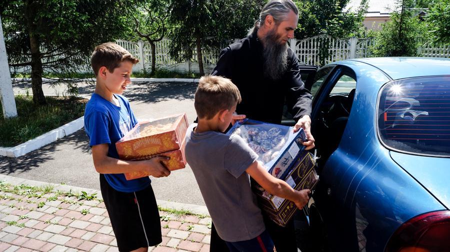 Братия лавры оказали помощь детям Центра с. Копылов / lavra.ua