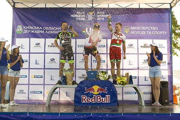 Победители первого дня соревнований в брызгах шампанского / racehorizonpark.com