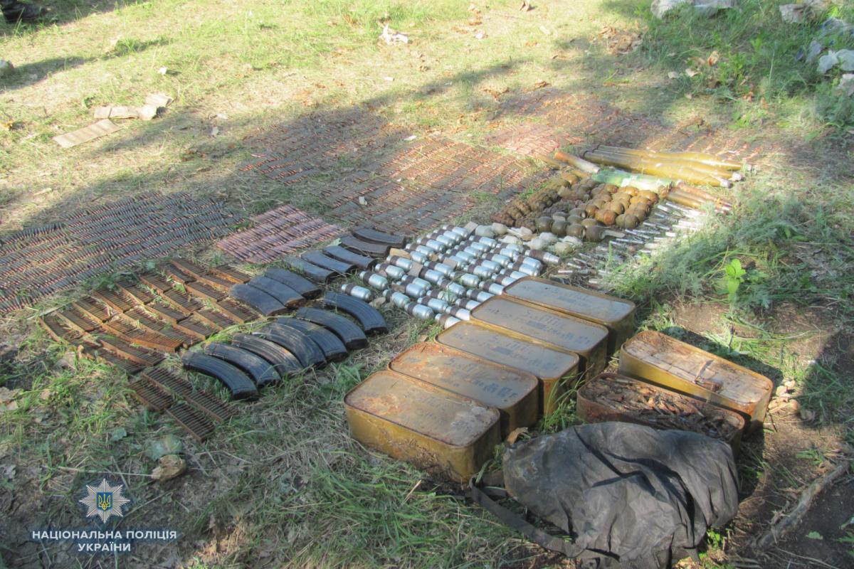 На Луганщині виявили великий схрон зброї та боєприпасів / фото lg.npu.gov.ua