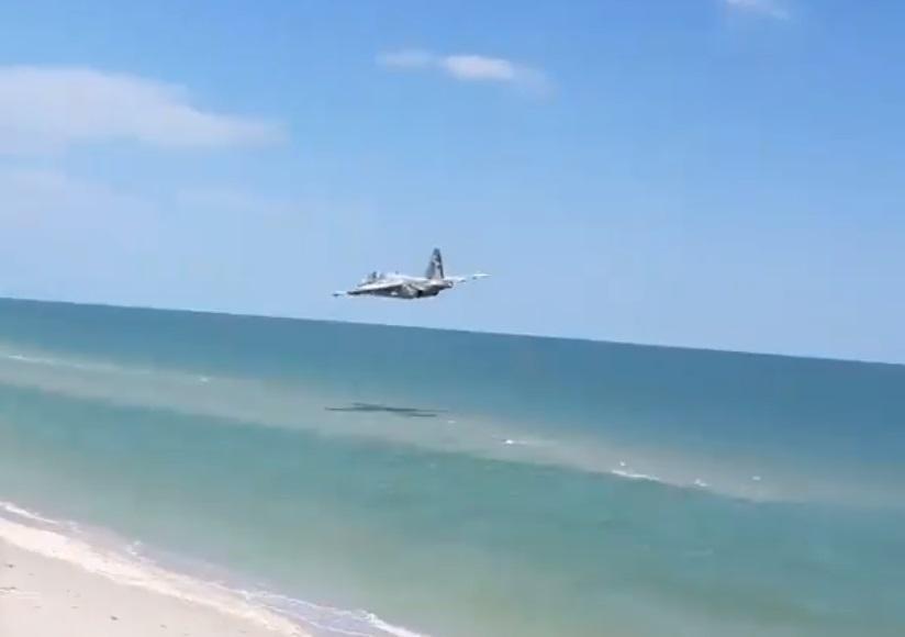Штурмовик пролетел в 10 метрах над водой / Фото facebook.com/romabra