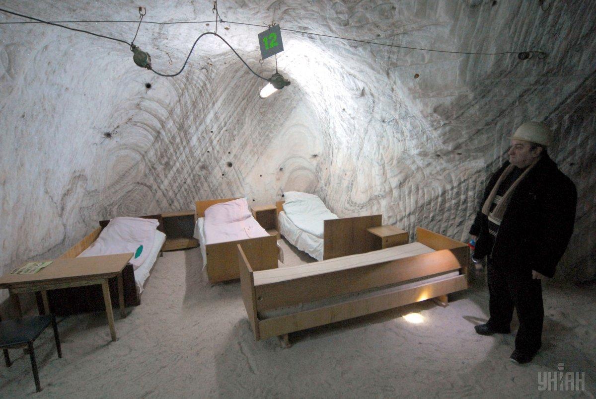 Ліжка для пацієнтів у підземній лікарні алергологічного курорту у Солотвині, 2008 рік / фото УНІАН