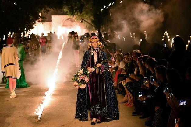 Показ мод на кладбище / Instagram/frankdarbitrio