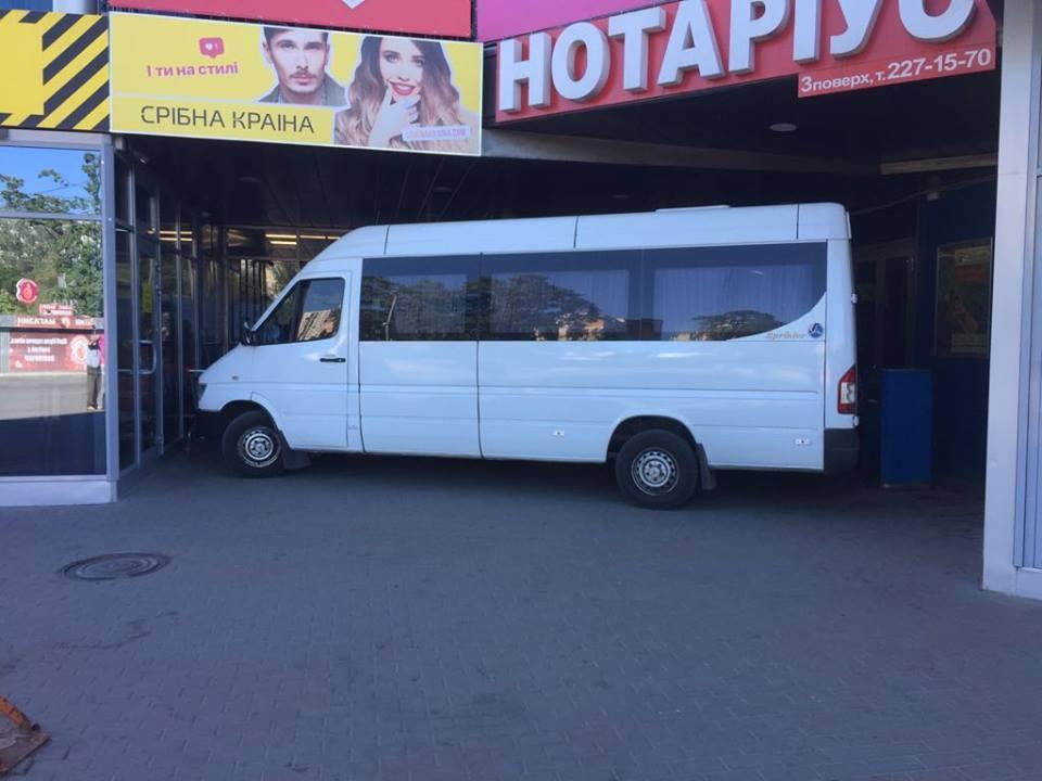ТРЦ остается захваченным уже третий день, полиция не предприняла никаких мер / Фото facebook.com/dmytro.loshakov